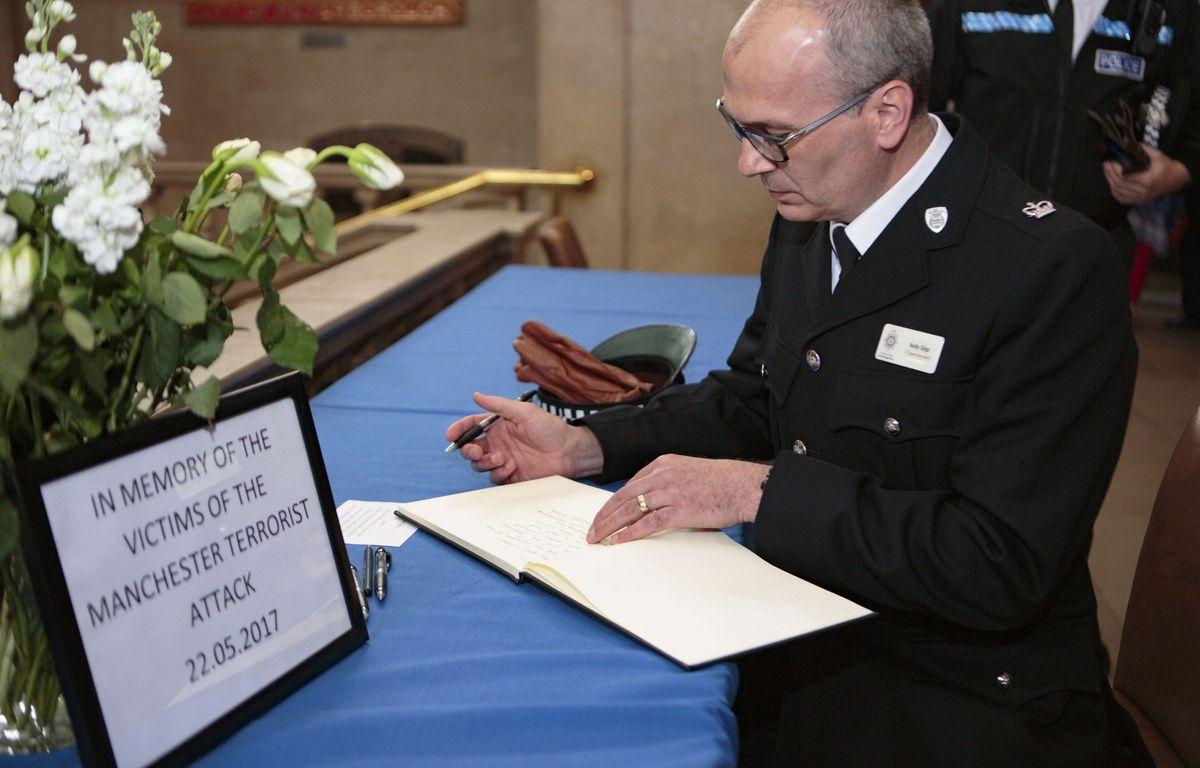 Un homme écrit dans un livre de condoléances de la ville de Peterborough, mis à disposition après l'attaque d'hier soir à Manchester – Terry Harris/Shuttersto/SIPA