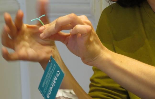 Un groupe de parole sur la contraception au Planning Familial,10 Rue Vivienne, à Paris, le 3/3/15. Présentation du stérilet.