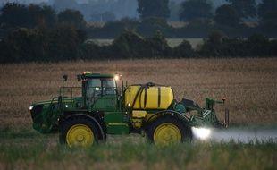 Un agriculteur épand du glyphosate dans un champ en Sarthe (illustration).
