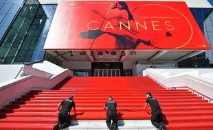 Le tapis rouge en cours d'installation sur les marches du Palais des festivals de Cannes, le 17 mai 2017.