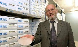 Jean-Claude Mas, président de la société Poly Implants Prothèses, présente, le 17 janvier 2001 à la Seyne-sur-Mer, une prothèse mammaire à base de gel de silicone fabriquée par sa société.