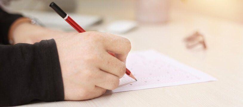 Un étudiant passant un examen en présentiel.