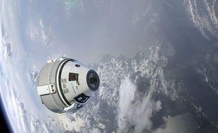 Vue d'artiste de la capsule Starliner de Boeing dans l'espace.