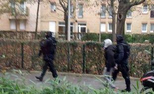Photo prise par iphone de la police arrêtant  une personne à Drancy, le 16 novembre 2015