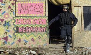 Un policier devant un restaurant Kurde dans la «jungle» de Calais (archives).