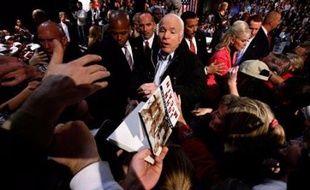 Le républicain John McCain, 72 ans, avait devant lui une véritable journée marathon avec des rassemblements en Pennsylvanie (est), dans le New Hampshire (nord-est), puis en Floride (sud-est) où il doit prendre le podium peu après minuit heure locale (05H00 GMT lundi).