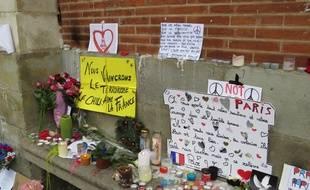 De nombreux messages et objets ont été déposés sur la façade du Capitole, à Toulouse, le 16 novembre 2015, pour soutenir les victimes des attentats de Paris et Saint-Denis, trois jours plus tôt.