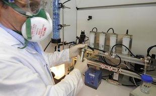 Le gouvernement a publié vendredi un premier recensement des nanoparticules mises sur le marché en France, ce qui constitue une première étape pour mieux identifier les éventuels risques pour la santé de ces particules infimes utilisées dans des secteurs aussi variés que l'électronique, les cosmétiques ou le bâtiment.