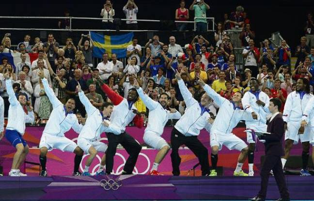 Les Experts imitent Usain Bolt lors de la cérémonie des médailles, le 12 août 2012, à Londres.