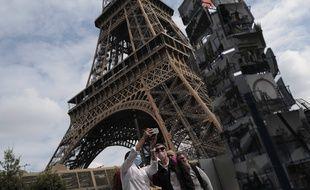 Des touristes devant la Tour Eiffel, à Paris le 15 juillet 2020.