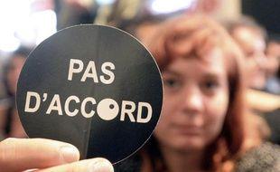 """Une intermittente du spectacle tend un autocollant """"Pas d'accords"""" lors d'une manifestation à Avignon, le 7 juillet 2014"""