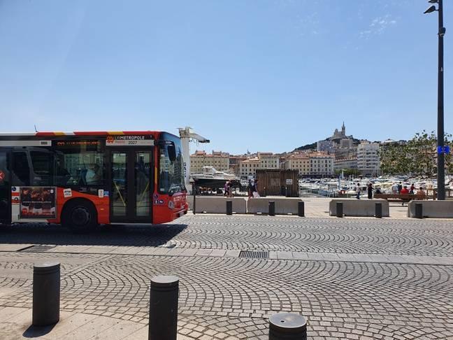 Un bus circule sur le Vieux-Port à Marseille.