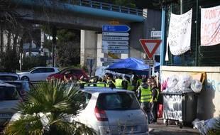"""Le rond Point du carrefour de Provence à hauteur d'Antibes lors du mouvement contestataire contre les taxes sur les carburants, les """"Gilets Jaunes""""  le 22/12/2018.Crédit:Lionel Urman/SIPA."""