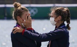 Laura Tarantola et Claire Bové en larmes au moment de recevoir leur médaille d'argent en deux de couple poids légers aux JO de Tokyo.