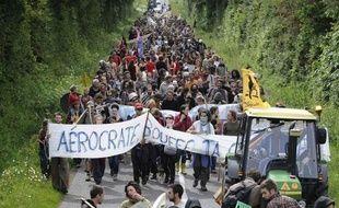 """Les opposants à la création d'un aéroport à Notre-Dame des Landes, près de Nantes, manifestent à Paris ce week-end avec six tracteurs et plusieurs dizaines de vélos pour combattre un projet qu'ils jugent """"incompatible avec le Grenelle"""" et """"dépassé""""."""