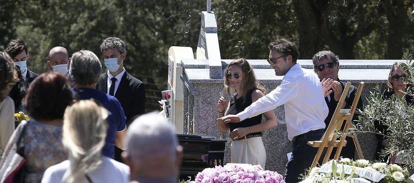 Nicolas Bedos, le fils du regretté humoriste Guy Bedos et sa sœur Victoria font un geste à côté du cercueil de leur père lors de ses funérailles au cimetière de Lumio le 8 juin 2020 en Corse.