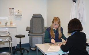 Une volontaire pour tester un nouveau produit à L'institut Pasteur de Lille.