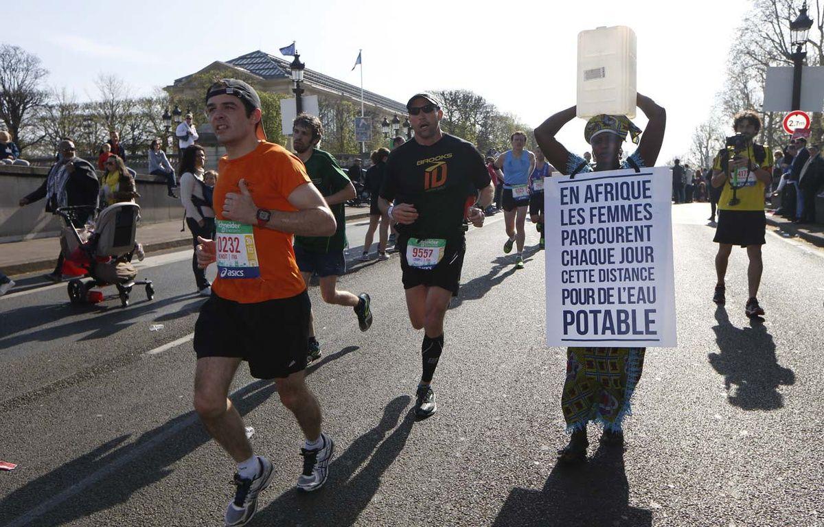 La Gambienne Siabatou Sanneh lors du marathon de Paris, le 12 avril 2015. –  AFP PHOTO / THOMAS SAMSON