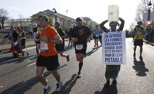 La Gambienne Siabatou Sanneh lors du marathon de Paris, le 12 avril 2015.
