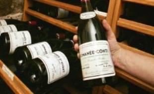 Une bouteille de Romanée Conti en vente chez un caviste de Paris, le 26 novembre 2004