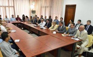Photo publiée par la Présidence colombienne montrant les délégations des FARC (à g) et du gouvernement le 5 mars 2015 à La Havane
