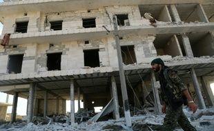 Décombres de bâtiments suite à des combats à Minbej, le 23 juin 2016