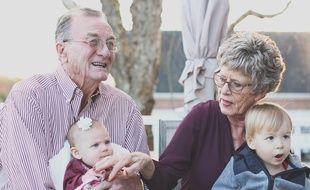 Illustration de grands-parents avec leurs petits-enfants.