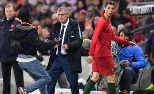Plusieurs spectateurs sont descendus sur la pelouse pour prendre une photo avec Ronaldo, lors de Portugal-Pays-Bas, le 26 mars 2018.