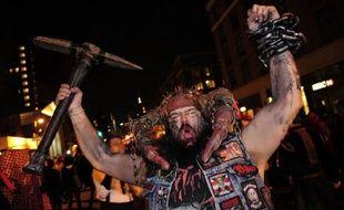 Des dizaines de milliers de New Yorkais sont descendus dans les rues lundi soir pour fêter Halloween, occasion chaque année d'une gigantesque parade à Greenvich village peuplé pour un soir de hordes de sorcières, squelettes, soubrettes et autres zombies.