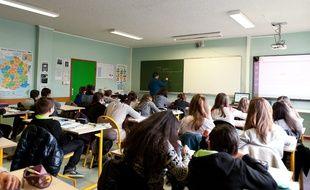 Une classe de collégiens photographiée le 13 mars 2015 en France.