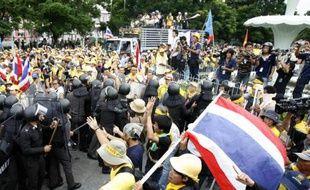 Des Affrontements entre la police gouvernementale et les manifestants de l'Alliance pour la démocratie (PAS) devant le parlement de Bangkok, le 29 août 2008.