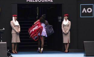 Serena Williams sort tête basse de l'Open d'Australie.