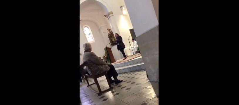 Catherine Pila tenant un discours au sein de l'église Sainte-Anne à Marseille.