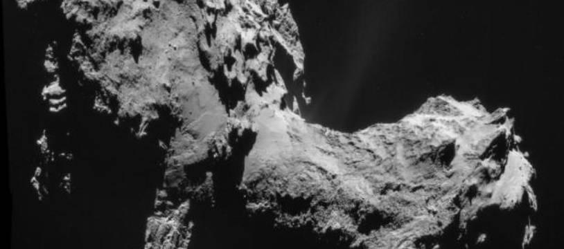 """Cette photo, diffusée le 19 septembre 2014 par l'Agence spatiale européenne, montre la comète """"Tchouri"""" alors que Rosetta était à 28,6 km de sa surface"""