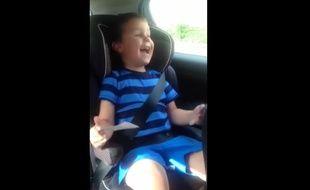 Capture d'écran de la vidéo tournée par Sarah Bromby, qui apprend à son fils Ethan qu'il va être un grand frère.
