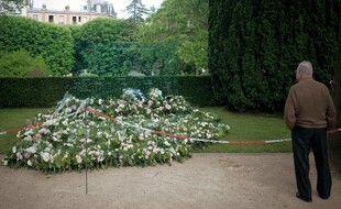 Un homme devant la stèle d'hommage aux victimes du crash du Rio-Paris au cimetière du Père-Lachaise à Paris.