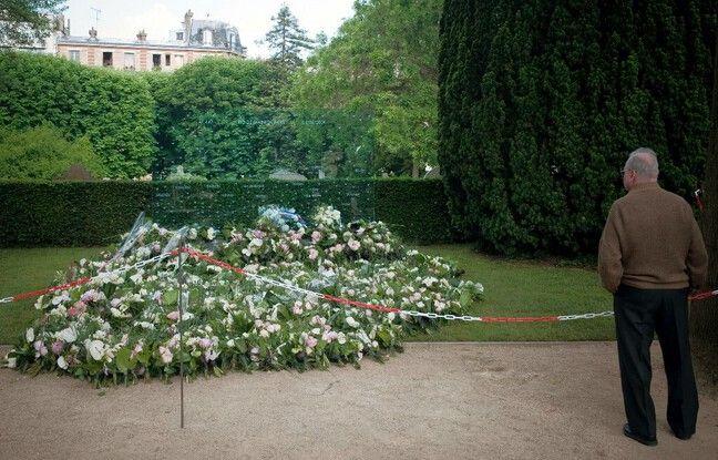 648x415 homme devant stele hommage victimes crash rio paris cimetiere pere lachaise paris