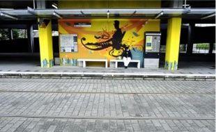 Une fresque de 200 m2 vaêtre inaugurée demain après-midi à la station Beauséjour (ligne 3), qui était restée couleur béton  depuis sa mise en service. Elle a été réalisée cet été par une dizaine de jeunes du Breil-Malville et des environs, encadrés  par l'association de graffeurs« 100 Pression ». Celle-ci avait déjà repeint un bus de la ligne 56.