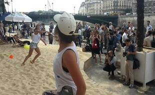 Les objectifs se braquent sur une partie de raquettes de plage, ce jeudi matin à Tel-Aviv sur Seine.