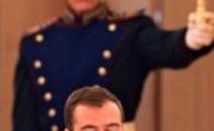 """Le président russe Dmitri Medvedev a accusé samedi les Etats-Unis de """"réarmer"""" la Géorgie sous couvert d'aide humanitaire, au lendemain de l'arrivée d'un vaisseau amiral américain dans un port géorgien stratégique."""