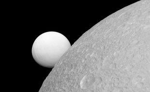 Photo d'Encelade (en arrière-plan), prise par Cassini, le 17 novembre 2017.
