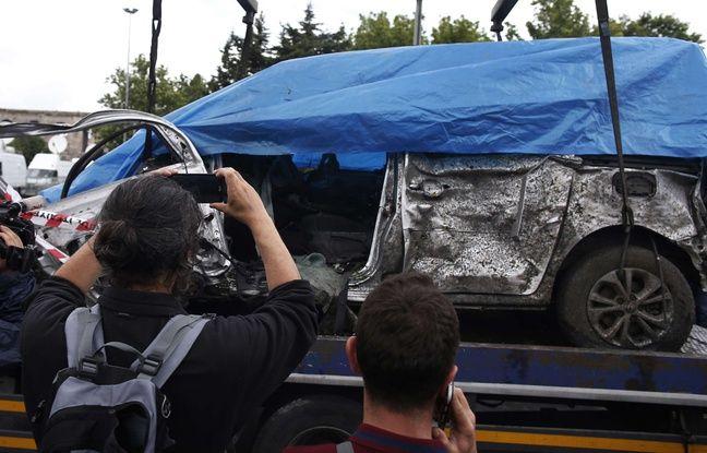 Les restes d'une voiture endommagée lors de l'explosion à Istanbul, le mardi 7 Juin 2016.AP Photo/Emrah Gurel