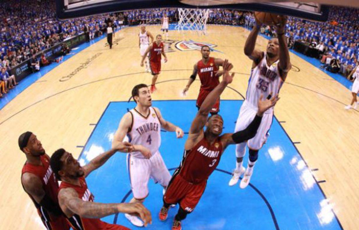 Kevin Durant, meilleur marqueur de la NBAcette année marque pour le tHunder d'Oklahoma Citylors du premier match de la finale de la NBAcontre le Miami Heat le 12 juin 2012.  – POOL New / Reuters