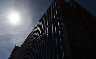 Des containers posés sur le port de Brest, ici sous le soleil.