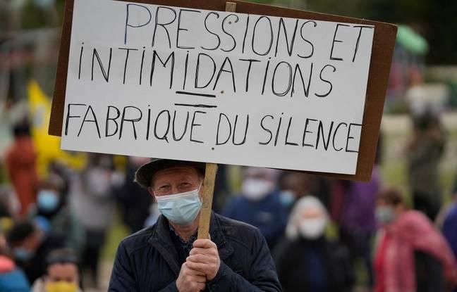 Un manifestant brandit une pancarte ici lors du rassemblement de soutien à la journaliste bretonne de la radio RKB Morgan Large, organisé le 6 avril 2021 à Rostrenen.