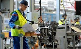 Un salarié de PSA sur une ligne d'assemblage de l'usine de Douvrin, dans le nord de la France, le 29 octobre 2013