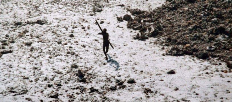 L'une des seules photos d'un habitant de l'île isolée North Sentinel, au moment du tsunami de 2004.