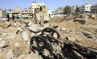 Une roue a eau a été détruite après un raid israélien qui a blessé quatre personnes, à Gaza City, le 23 mars 2010.