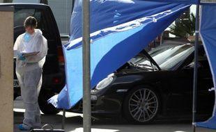 Des enquêteurs près de la voiture Antoine Sollacaro assassiné le 16 octobre 2012 à Ajaccio