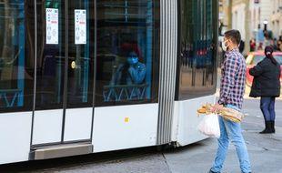 Un homme devant un tramway à Marseille